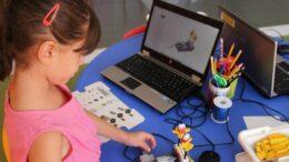 Niña jugando a programar robots